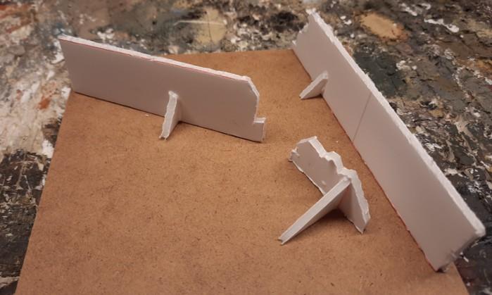 Die Mauern der Einfriedung mit ihren angeklebten Stützmauern.