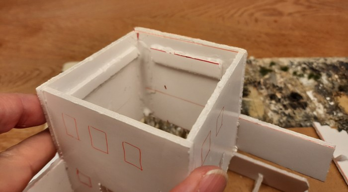 Die geklebten Halterungen für das Dach im Innern des Gebäudes.
