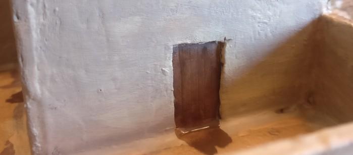 Die schlichte Holztür zum Innenhof.