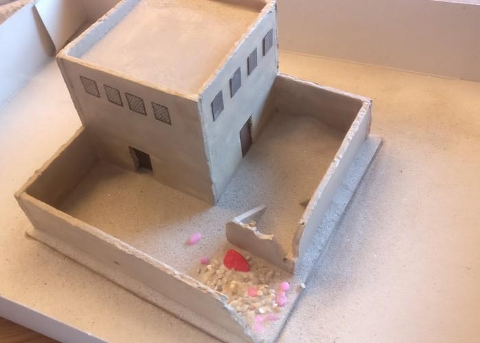 Die RPG7-Ecke wird mit Aquariumkies ausgelegt. Der Rest bekommt paar Kiesel und vor allem feinen Sand ab. Paar gröbere Sandkörner kommen auch dazwischen, weils aus Erfahrung einfach gut ausschauen wird.