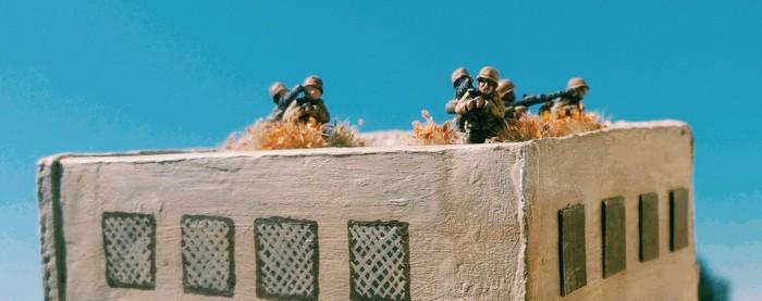 Man traut dem Frieden wohl eher nicht. Drei MG-34-Teams sichern auf dem Dach von Bir Qu'ashem und suchen den Himmel nach Spitfires ab.