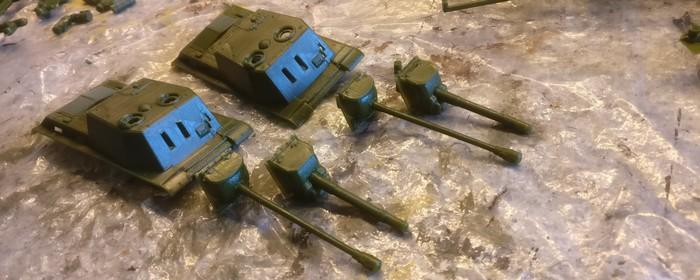 Der Aufbau der beiden ISU-152/122 von Pegasus lässt das Einstecken von zwei Geschützvarianten zu. Ich bereite beide vor und plane, die Geschütze nach Gutdünken auszutauschen, je nachdem, welche Variante des ISU ich im Szenario spielen möchte.
