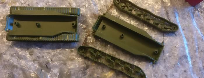Sind die beiden Laufwerke der ISU-152/122 erst mal montiert, lassen sie sich rasch an den Rumpf ankleben.