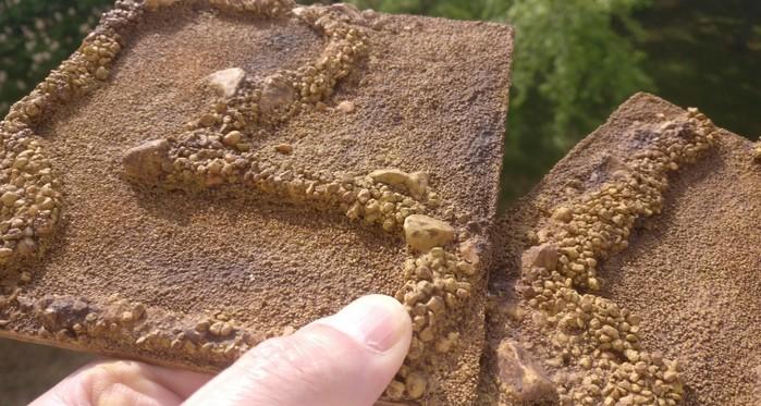 Die beiden Sangar Terrain Tiles nach dem Auftrag des Wash mit Lederbraun. Noch ist alles recht duster.