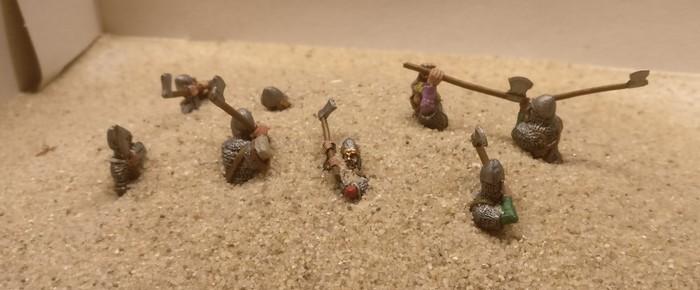 Nach dem Auftrag der Strukturpaste auf die Base kommt für die acht Figuren der SAGA-Warägergarde das Bad in grobkörnigem Vogelsand.