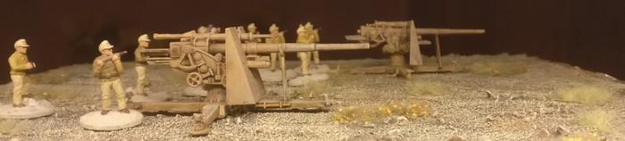 Hier zwei 8,8cm FlaK 36 in einer Stellung nahe Tobruk.