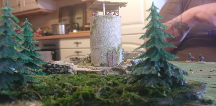Der Wachtturm auf dem Geländestück auf dem SAGA-Spielfeld.