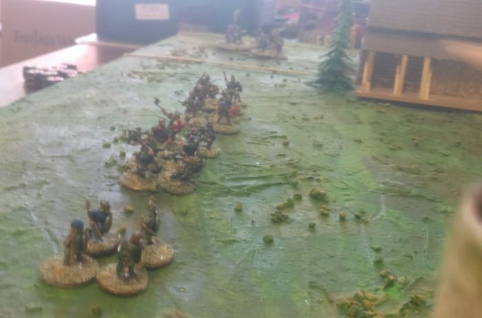 Die Truppe der Wikinger setzt sich in Bewegung. Zwei SAGA-Einheiten Krieger und eine Einheit Veteranen marschieren auf die Bauern der Fürsten des Ostens zu.