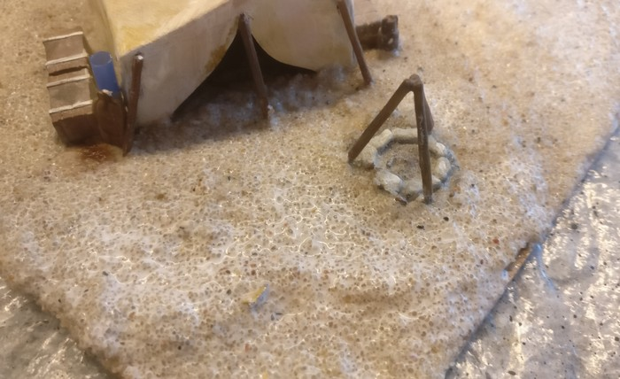 Nach dem Aushärten des ONAL trage ich überschüssigen Vogelsand ab und überziehe die verklebten Sandkörner mit eine PONAL-Lasur. Dies hilft, die Sandkörner später am Abspringen zu hindern.
