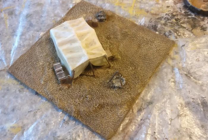 Der dunkle Farbton ist zwischen die Sandkörner gezogen und dukelt den Untergrund ab. Die Sandkörner selbst betone ich durch das Trockenbürsten mit Revell Aquacolor 36314 Beige.
