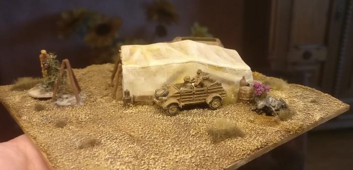Die fertige MDF-Kachel mit dem montierten Set Italeri 6148 Desert well and tents. Ich habe noch Gradbüschel von MiniNatur gepflanzt. Der Kübelwagen ist im Maßstab 15mm gehalten.