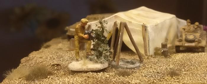 Hauptmann Alsdruf von der Propagandakompanie 4711 vor dem Zelt. Die Figur hat den Maßstab 20mm.