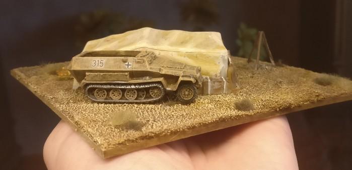 Ein mittlerer Schützenpanzerwagen, ein 251er neben dem Zelt. Das Fahrzeug hat den Maßstab 15mm.