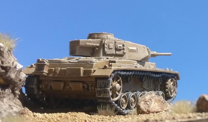 Ein Panzer III des Panzerregiment 5 unterstützt das Feuer auf die Briten.