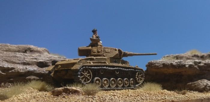 Ein Panzer III des Panzerregiment 8 der 15. Panzerdivision beobachtet Feindbewegungen südlich von  Marsa el Brega.