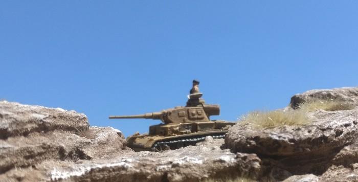 der Panzer III des Panzerregiment 8 der 15. Panzerdivision rollt zurück in die Stellung hinter dem Berg Al Akama.