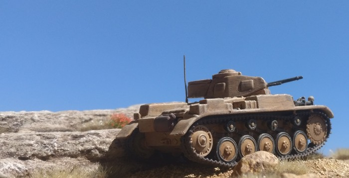 Unternehmen Theseus: Ein Panzer II der leichten Kompanie des Panzerregiment 8 nimmt bei der Schlacht von Gazala eine feindliche Lkw-Kolonne der indischen 11. Infanteriebrigade unter Feuer.
