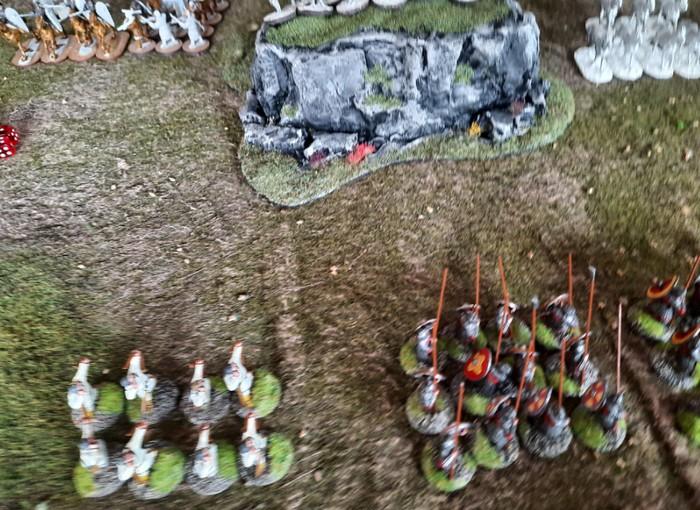 Das Zentrum: Marks Bauern mit Bögen stehen auf dem Hügel. Die stürmischen Stammesjäger (links) und die Bauern (rechts) bekämpfen die Bauern auf dem Hügel.