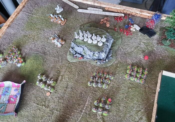 Die Situation im vorletzten Zug: die stürmischen Bauern (rechts) marschieren durch und holen sich drei Siegpunkte. Die Bauern um den Kriegsherrn (links) und die Stammesjäger halten die Reste der gegnerischen Armee in Schach.