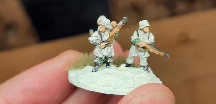 Diese Herren tragen Schneehemden oder sowas. Uniformteile, die herausschauen, bekommen auch Schneespuren ab. Snow Marks sozusagen.