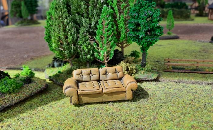 Die große Couch für verdiente Sofageneräle im Sonnenschein.