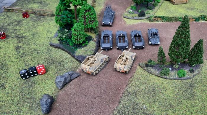 Panzergrenadiere mit ihren Sd.Kfz. 251 und die Wespen stellen sich zum Angriff bereit.