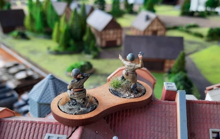 Ein Forward Observer Team der Roten Armee überblickt das Gelände.