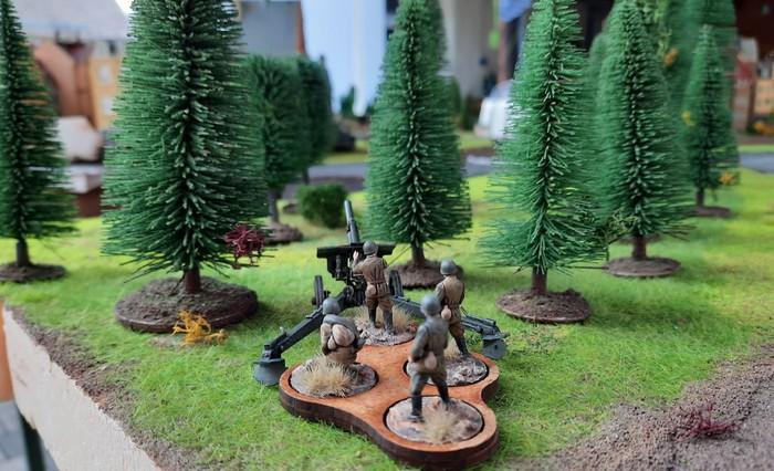 Im Wald ein 12mm-Geschütz der Heavy Artillery Battery