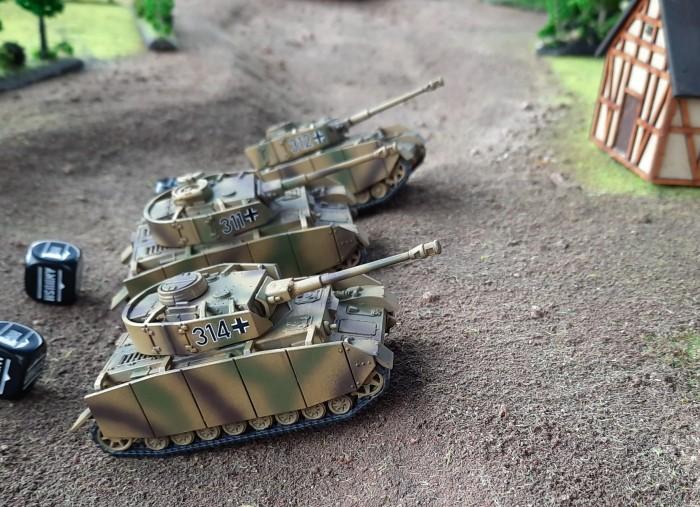 Das Panzer IV Platoon rollt los.
