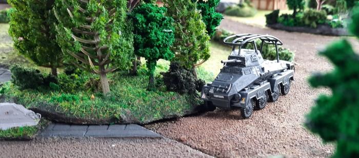 Der Panzerspähwagen Sd. Kfz. 232 rollt los.