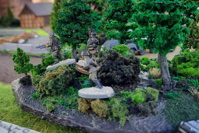 Ein deutscher Infanterietrupp in einem Waldstück am Stadtrand. Die russischen HMG nehmen den Trupp sogleich unter Feuer und radieren ihn aus.
