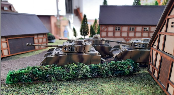 Das Panzer IV Platoon rollt durch die Vorstadt von Kursk.