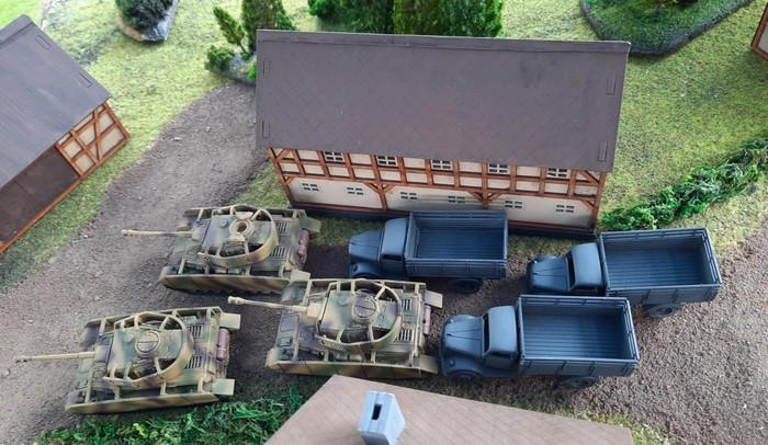 Dicht auf folgen Panzergrenadiere auf Lkws.