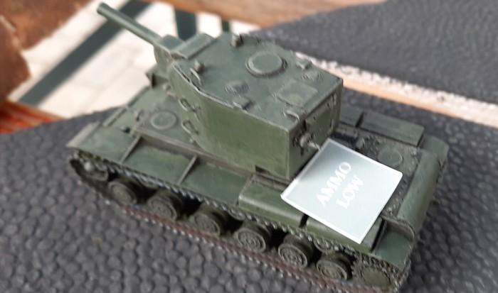 """Der KV-II hat Pech. Er fängt sich ein """"Ammo low"""" und muss zum Aufmunitionieen zurück."""