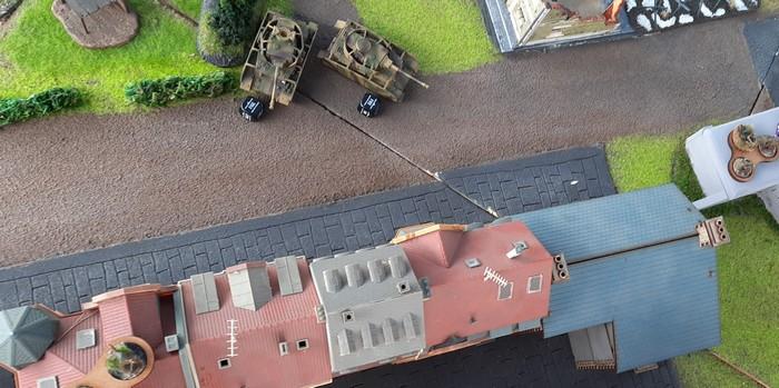 Zwei Panzer IV gehen vor den Stadtviertel in Stellung.