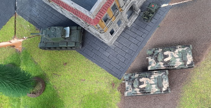 Der KV-II begegnet zwei T-34/76, während er zum Aufmunitionieren zurückrollt.