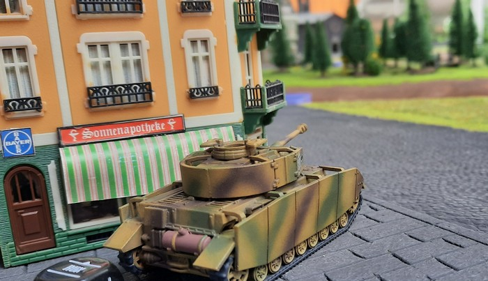 Einer der weit vorgestoßenen Panzer IV Ausf. H beobachtet das Zentrum von Kursk.