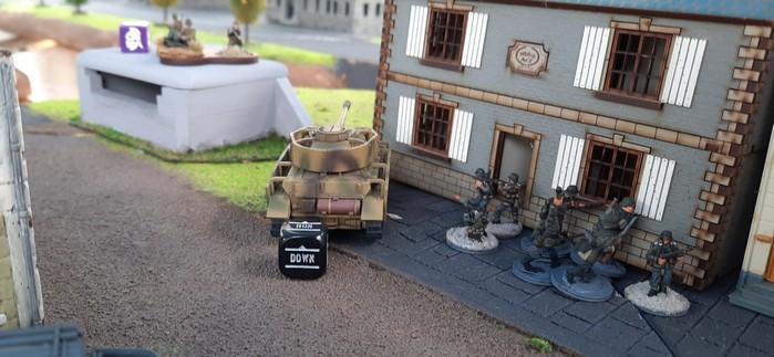 Auch an anderer Stelle ist ein Panzer IV Azsf. H in Stellung gegangen. Zu seiner Unterstützung gingen Panzergrenadiere in Stellung.