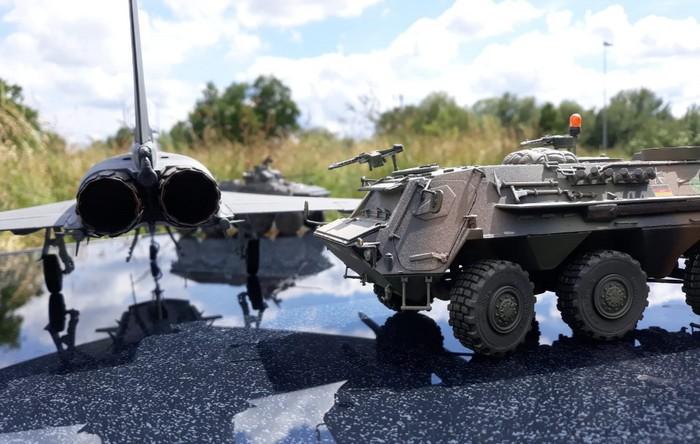 """Der Spähpanzer 2 """"Luchs"""" hier neben dem Eurofighter."""