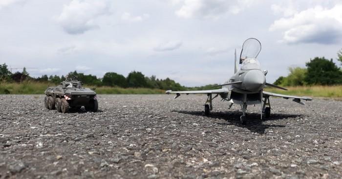 """Zur Sicherung des Eurofighter ist ein Spähpanzer 2 """"Luchs"""" aufgetaucht."""