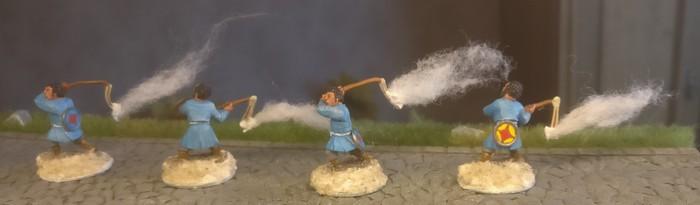 Hier die vier künftigen Feuerwerfer mit den neuen und noch unbemalten Basen und dem Feuer an der Schleuder.