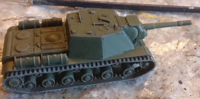 Das typische Grün ist aufgetragen, die Panzerketten sind auch bereits fertig.