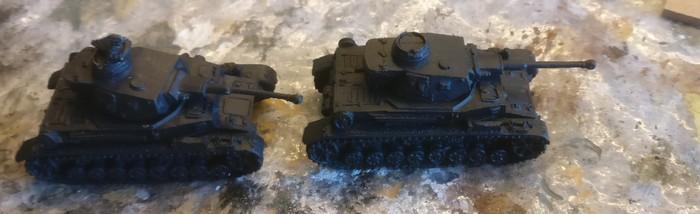Die beiden Panzer IV Ausf. F2 in 15mm aus Resin, wie ich sie vom Bestellonkel erhielt.