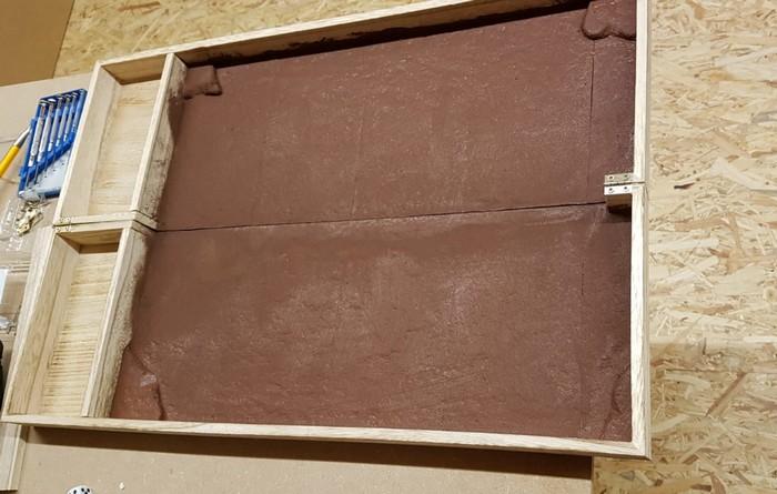 Die transportable SAGA-Spielplatte im Maßstab 10mm von David. Die braune Grundfläche kann bespielt werden. Die Gefache dienen zur Aufnahme der Spielelemente.