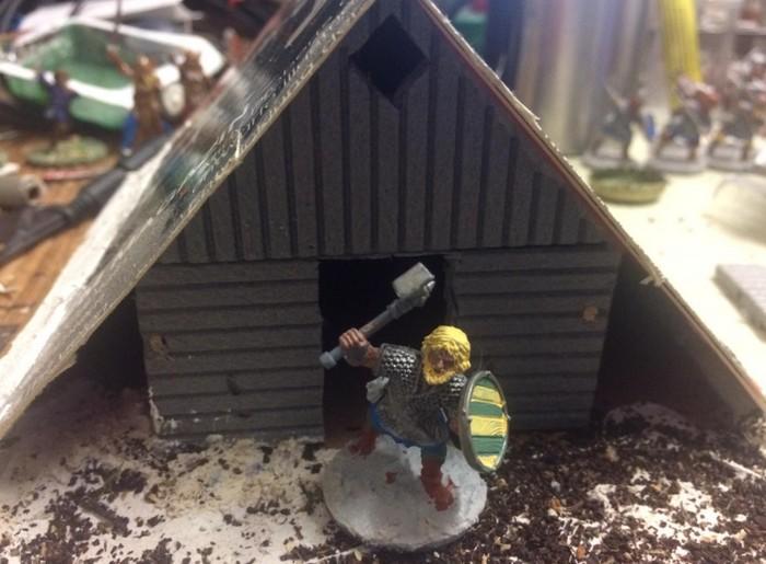 Als alles begann. So sah XENAs Haus der Wikinger zu Beginn aus. Noch hält Pappdeckel Wind und Wetter ab. Doch der Herr des Hauses zeigt sich bereits von seiner kämpferischen Seite.