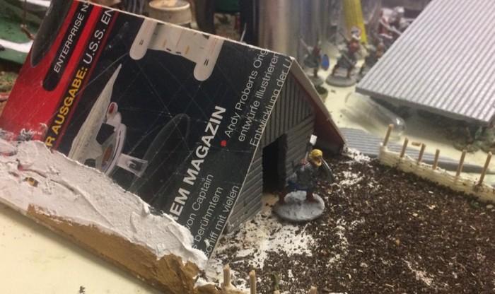 Der Pappdeckel wird allerdings die Reetbahnen aufnehmen, welche XENA aus Trittschalldämmung fertigen wird. Das Wikingerhaus für SAGA.