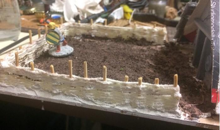 Die Einfriedung ist ebenfalls handmade. Der Flechtzaun aus kräftigem Faden wurde selnbst gewoben und geschlungen. Die Zaunpfähle werden noch abgelängt.