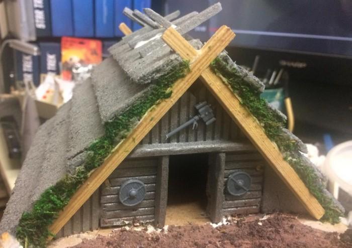 Moos wird seitlich ans Dach angebracht.