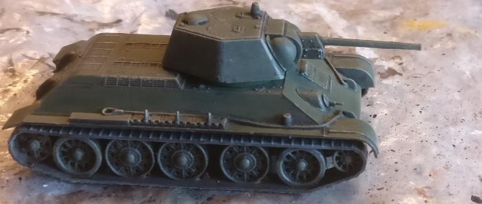 Der Zvezda 6159 T-34/76 obr 1943 nach Fertigstellung der Bemalung.