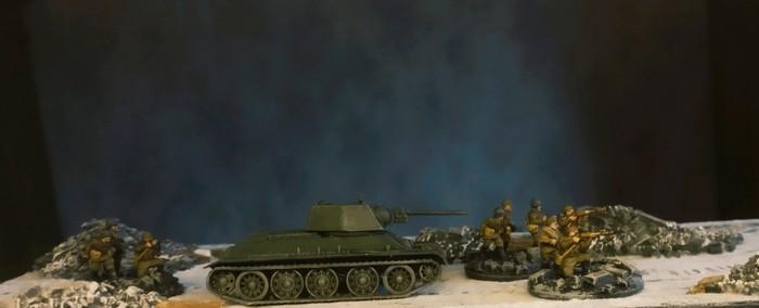 Der T-34/76 von Zvezda beim ersten Einsatz auf den Straßen von Stalingrad. Drei Trupps Frontniks begleiten ihn.